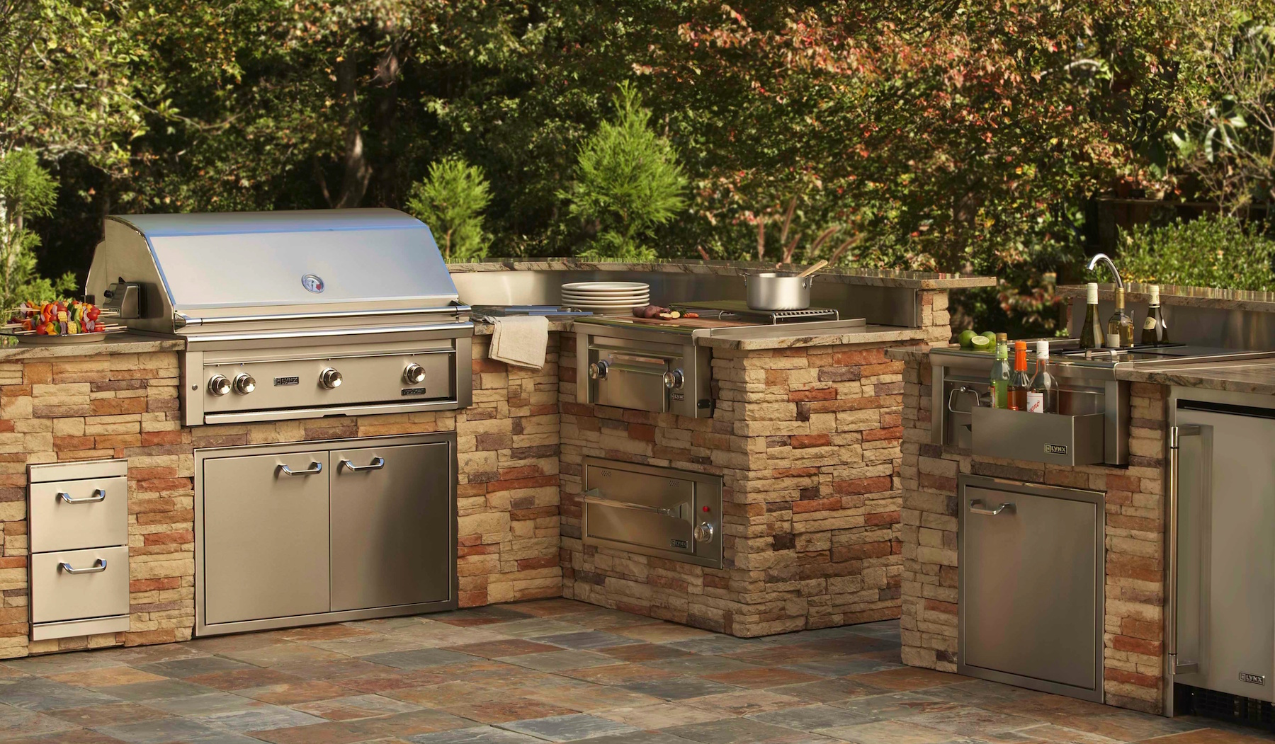 Choosing a professional barbecue grill for your outdoor for Outdoor kitchen refrigerators built in