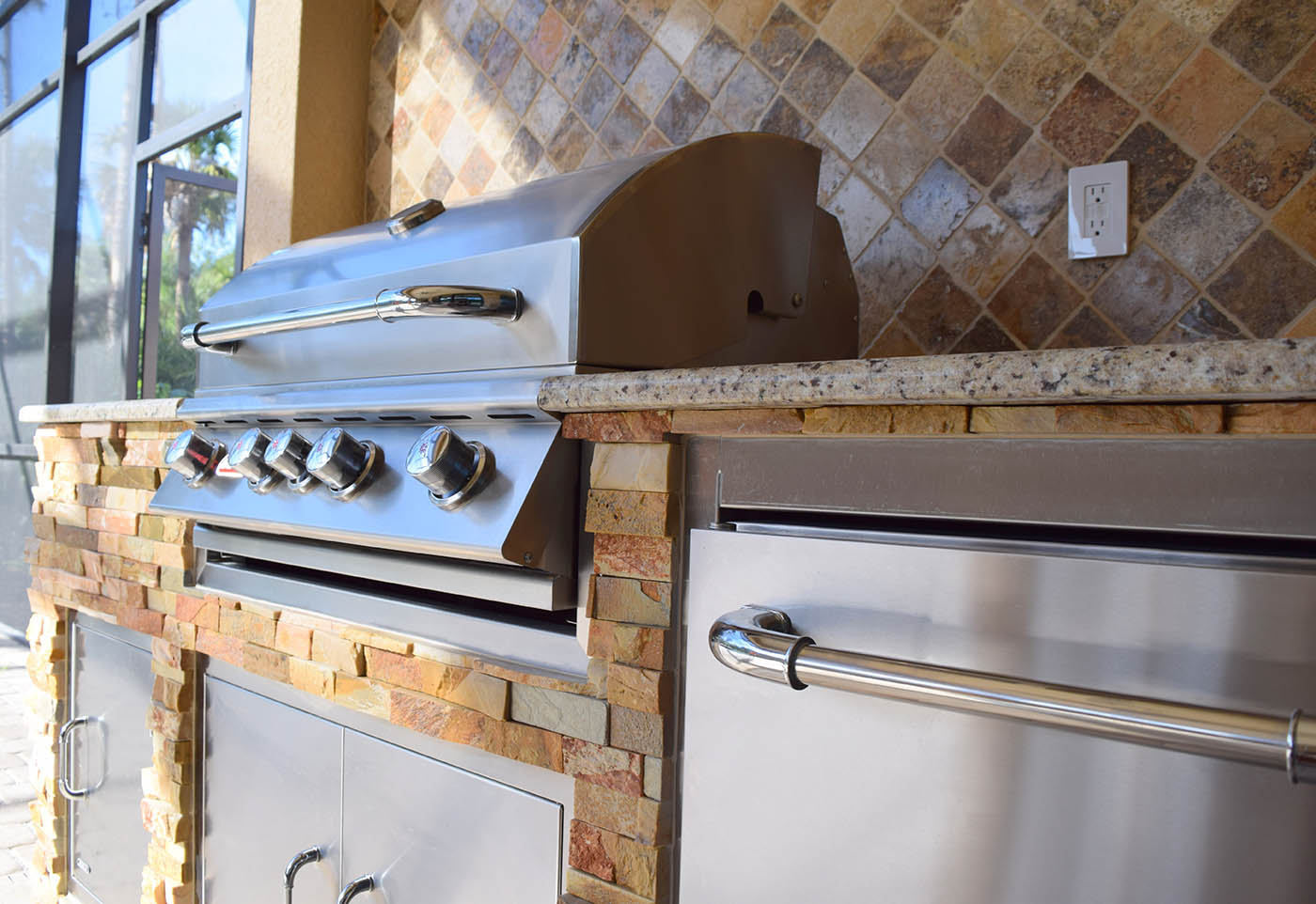 The elegant outdoor kitchen elegant outdoor kitchens for Building an outdoor room